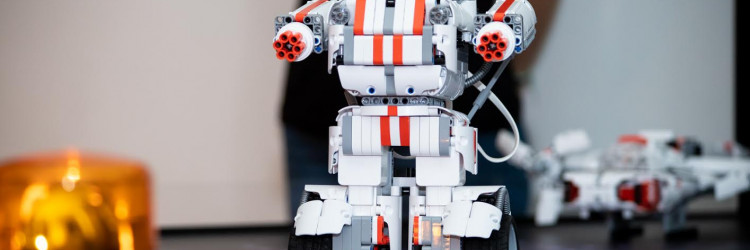 Mi Robot Builder, dostupan odnedavno u Tele2 ponudi, moderan je i tehnološki inovativan robot kojim se upravlja uz pomoć besplatne aplikacije