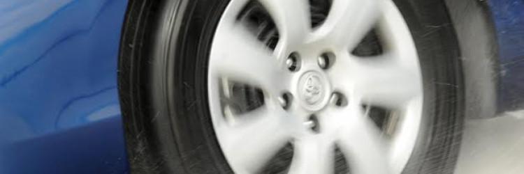 Kod proklizavanja se između gume i ceste nakuplja sloj vode, a posljedica je gubitak kontakta s podlogom, klizanje ili čak gubitak kontrole nad vozilom
