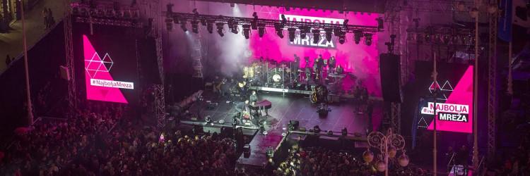 Nastup poznatoga splitskog glazbenika na glavnom zagrebačkom trgu unatoč kiši gledalo je i slušalo 25.000 ljudi uživo, a mnogo više koncert je pratilo putem različitih platformi: MAXtv-a, aplikacije MAXtv To Go, tportala, Facebook stranice HT-a, ali i nacionalnih radijskih postaja