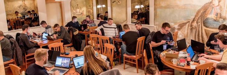 Nakon 24 sata programiranja i rada na robotu u Hotelu Krilo, proglašeni su pobjednici natjecanja HACK-A-THON 20 u obje kategorije