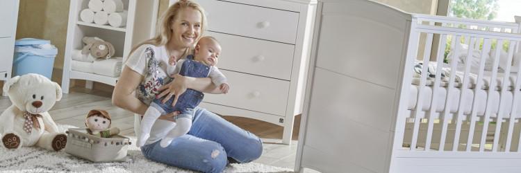 Komoda je izuzetno praktičan komad namještaja koji osim površine za previjanje djeteta, donosi i praktičan prostor za pohranu svih dječjih stvari, poput pelena, gaza, krema i ostalog