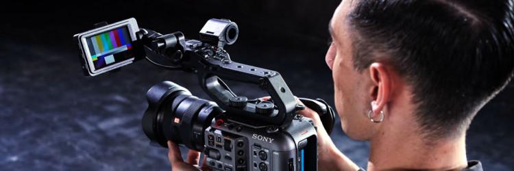 U skladu s načinom rada profesionalnih snimatelja, FX6 uključuje 12G-SDI izlaz koji također podržava 16-bitni RAW, HDMI izlaz, timecode ulaz/izlaz, ugrađeni Wi-Fi i četverokanalno snimanje zvuka (putem XLR sučelja, višestrukog sučelja i ugrađenog stereo mikrofona)