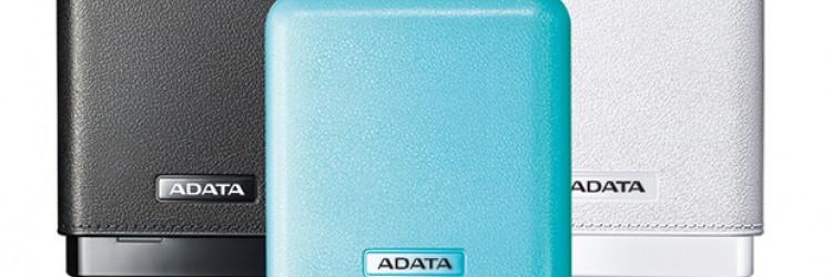 Baterija dolazi u elegantnom izdanju u tri boje, a uz svaki primjerak isporučuje se i navlaka od umjetne kože u odgovarajućoj nijansi