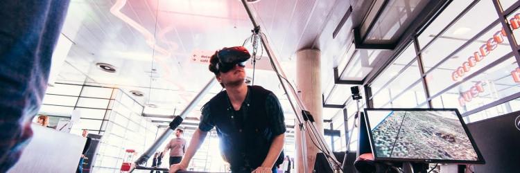 Ono što će zasigurno oduševiti sve posjetitelje bit će mogućnost da po prvi put u Hrvatskoj isprobaju simulator letenja i zmajarenja u kojem će uz pomoć VR sustava HTC Vive i potpornog sustava imati priliku doživjeti uzbudljiv osjećaj letenja