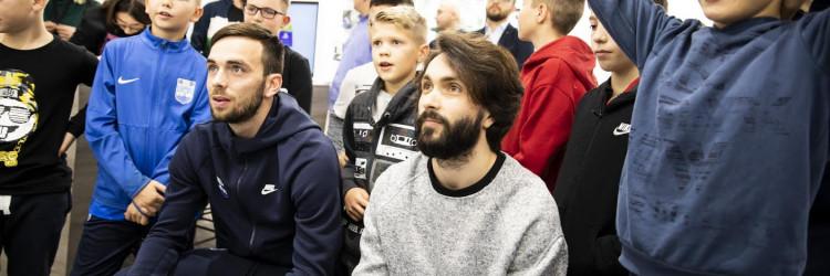 Osim humanitarne akcije nogometaši NK Osijeka i Malajski Tapir su s posjetiteljima, u posebnom blagdanskom gaming kutku, zaigrali FIFA-u 20