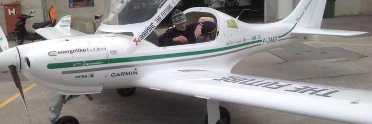 Zrakoplov kojim pilot Lenarčič leti ima dodatne rezervoare za gorivo u koje stane do 300 litara bezolovnog benzina, pa letjelica može preletjeti udaljenosti čak i do 4000 kilometara bez slijetanja