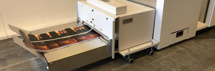SDD PTM7006 Press Trim Moduleekskluzivan je za Canon i može se vanjski pridružiti tiskarskom stroju Canon imagePRESS C910 ili nekom iz serije varioPRINT 140