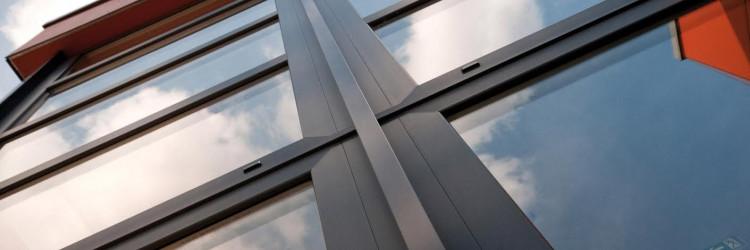 Sustav GEALAN S 9000 sa svojih 6 komora unutar okvira i krila, optimalnom geometrijom čelika, visokim preklopom stakla i dosljednom tehnikom brtvljenja na inovativnom, modernom obliku profila, zadovoljava visoke zahtjeve za prozore sa standardom namijenjenim pasivnim kućama